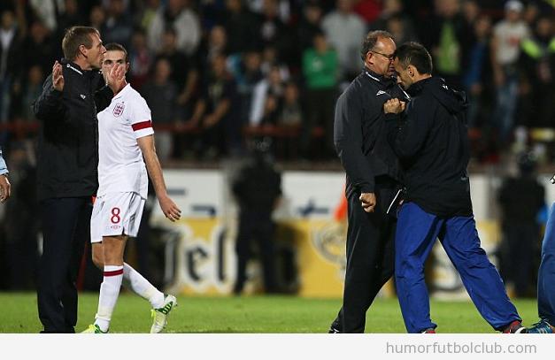 El entrenador de Serbia le da un cabezazo al entrenador de Inglaterra