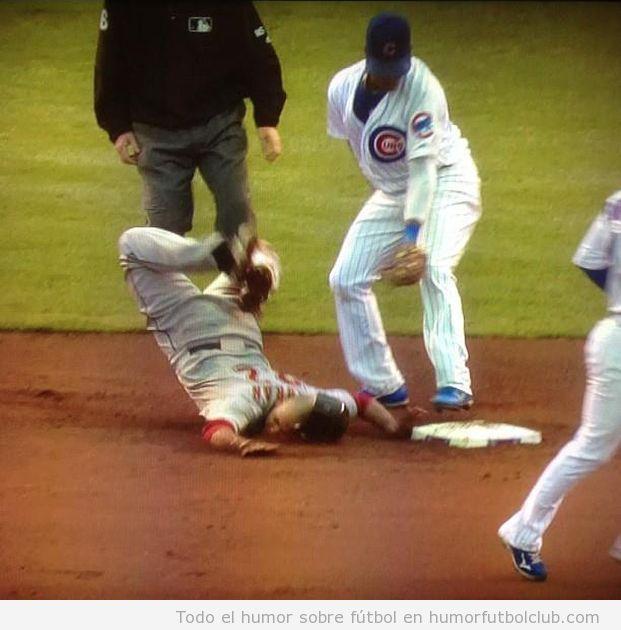 Imagen divertida de un fail de baseball al llegar a la base