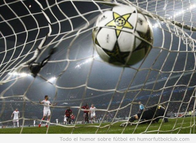 Imagen bonita de un balón tocando la red de la portería tras un gol