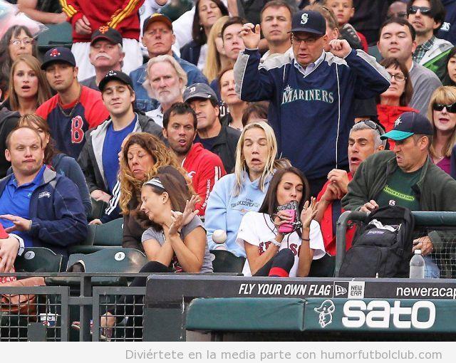 Foto curiosa y graciosa de aficionados de béisbol en la grada cuando se aproxima la pelota