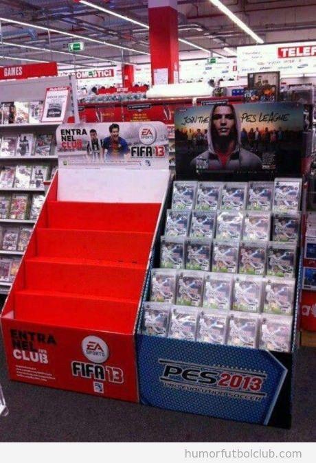 Estantería del videojuego FIFA13 vacía y PES13 llena