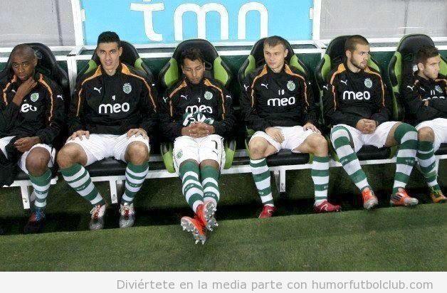 Foto graciosa de Jeffren Suarez que se puso a dormir en el banquillo durante el Sporting de Lisboa Academica