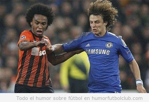 Imagen divertida de David Luiz con un rival con su mismo pelo