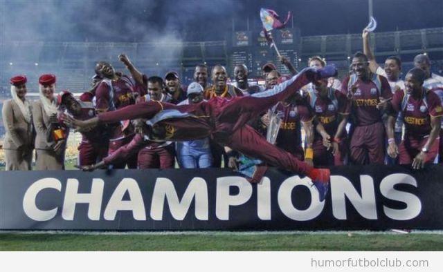 Foto graciosa de un futbolista que sale volando en una celebración