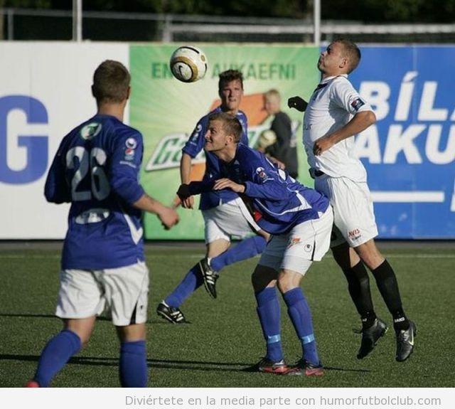 Imagen graciosa de dos futbolistas en actitud un poco gay