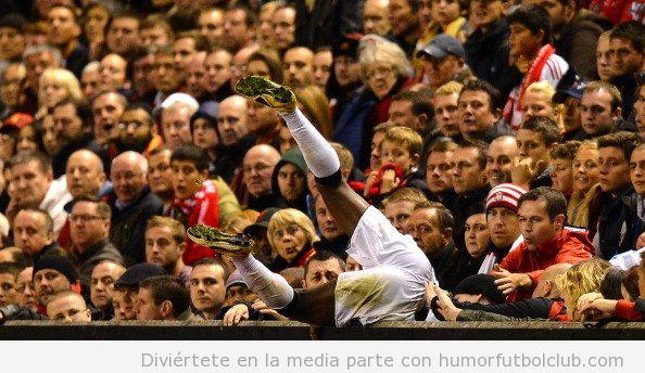 Foto graciosa de u futbolista que se cae detrás de la valla publicitaria, Fail