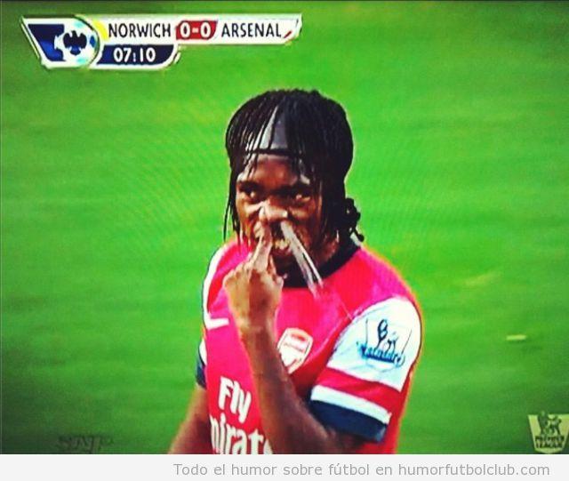 Foto graciosa de Gervinho sonandose los mocos en el partido Norwich Arsenal