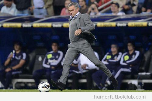 Mourinho chutando en el partido Real Madrid Deportivo Coruña