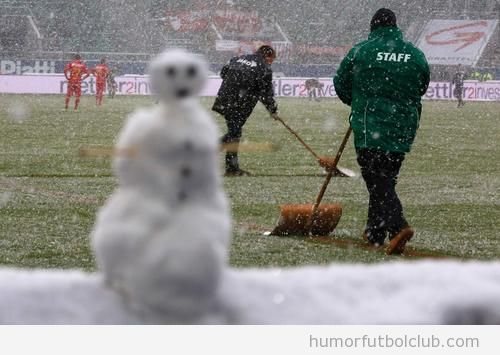 Foto graciosa de un muñeco de nieve en un campo de fútbol alemán durante la Bundesliga