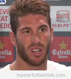 Foto graciosa de Sergio Ramos con cara de incomprensión en la zona mixta después Barça Real Madrid