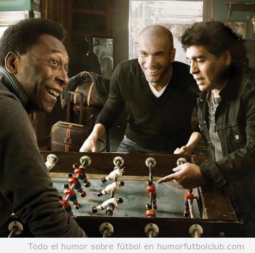 Foto mítica de los futbolistas Pelé, Zidane y Maradona jugando al futbolin
