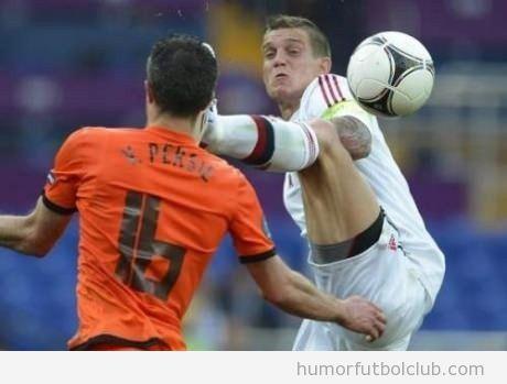 Imagen graciosa de un futbolista dando patada cara a otro