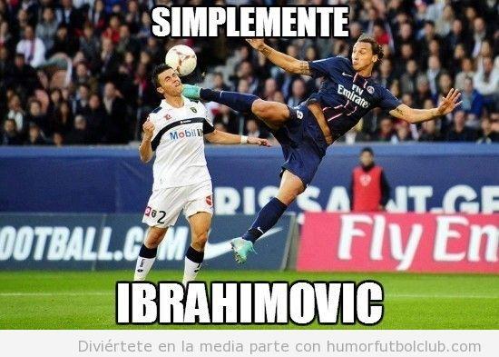 Ibrahimovic con el PSG dando una patada en la nuca a un rival