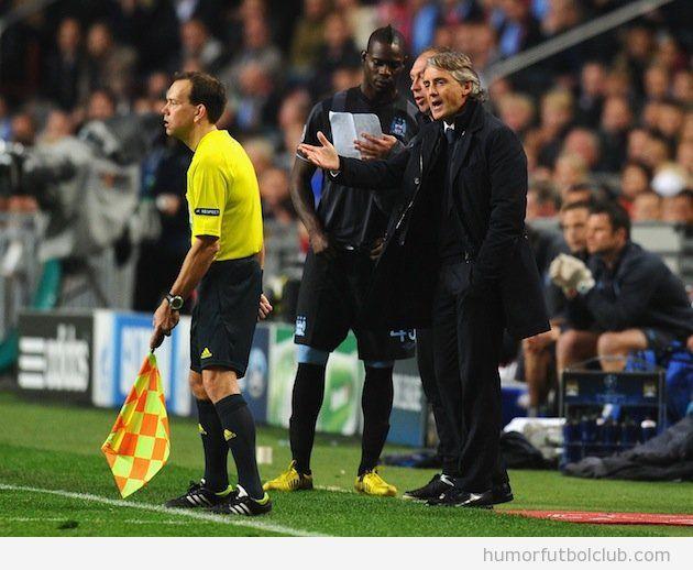 Imagen de Balotelli a punto de salir al terrenod e juego en el Chelsea Ajax