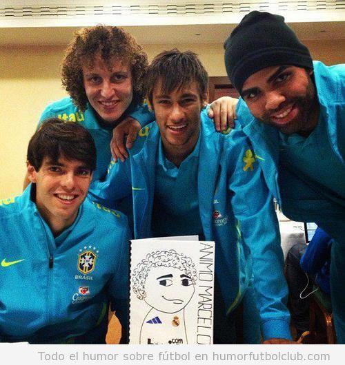 Kaka, Neymar, David Luiz y Sandro con una tarjeta de Recupérate pronto con dibujo de Marcelo
