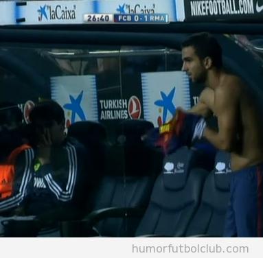 Foto curiosa de Kaka en el banquillo mirando a un jugador del Barça cambiarse la camiseta
