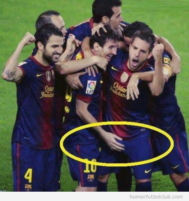 Imagen graciosa en la que Messi parece tocar las partes de Jordi Alba traes el gol ante el Celtic
