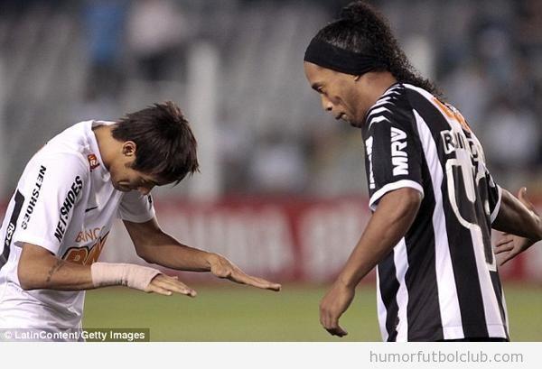 Foto curiosa de Neymar haciendo reverencia a Ronaldinho después del Santos Atlético Minero