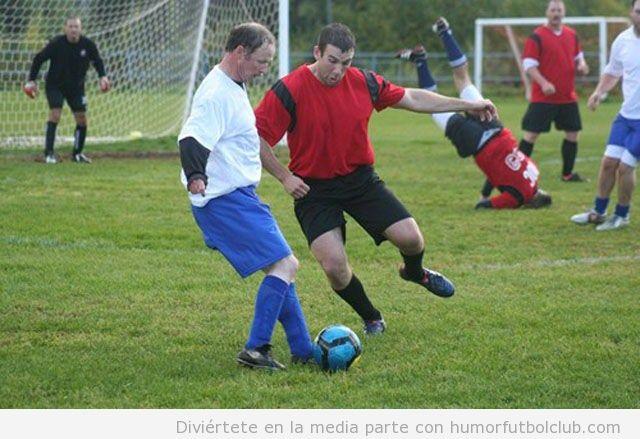 Imagen graciosa de una pachanga de fútbol entre solteros y casados y un jodefotos