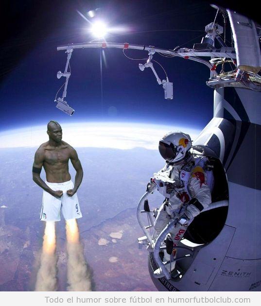 imagen graciosa Photoshop de Balotelli como Hombre cohete al lado de Felix Baumgartner en la estratosfera
