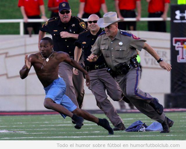 Atleta invade un terreno de juego y los agentes de seguridad no pueden atraparle