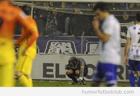 Pinto, portero del Barça, en el momento el impacto de la moneda en su cabeza