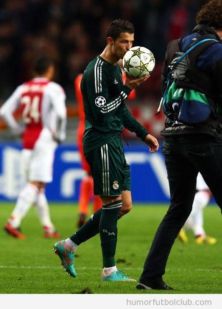Cristiano Ronaldo besa el balón después del partido de Champions Ajax Real Madrid