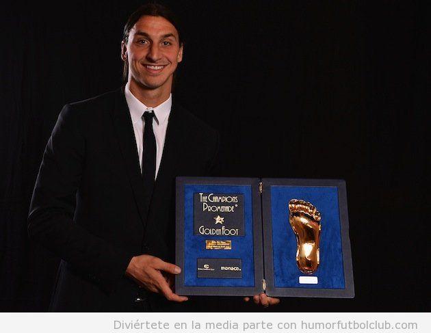 Ibrahimovic posa con tu trofeo Pie de Oro otorgado en Mónaco