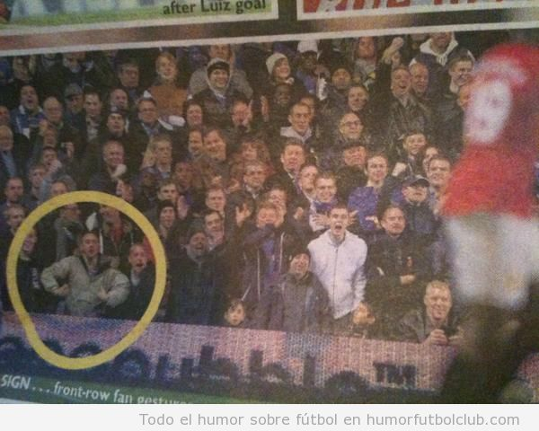 Foto que pilla a un aficionado del Chelsea haciendo el gorila ante Danni Welbeck como símbolo racista