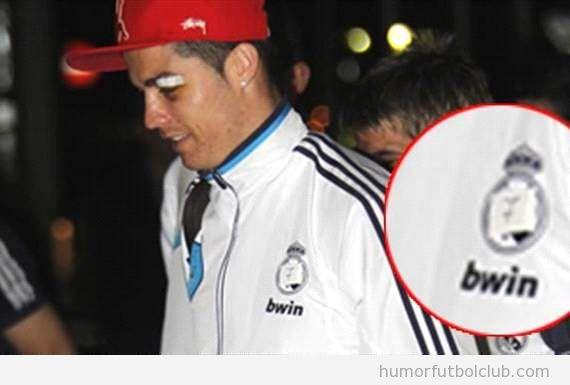 Cristiano Ronaldo con el escudo del Real Madrid del chandal tapado con un esparadrapo