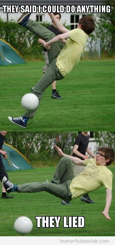 Foto graciosa de un chico friki jugando a fútbol que hace un fail