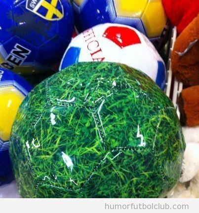 Balón de fútbol ninja con el mismo estampado que el césped