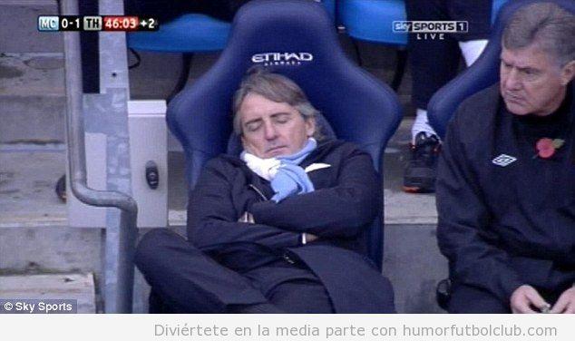 El entrenador del Manchester City durmiendo en el banquillo durante un partido contra el Spurs