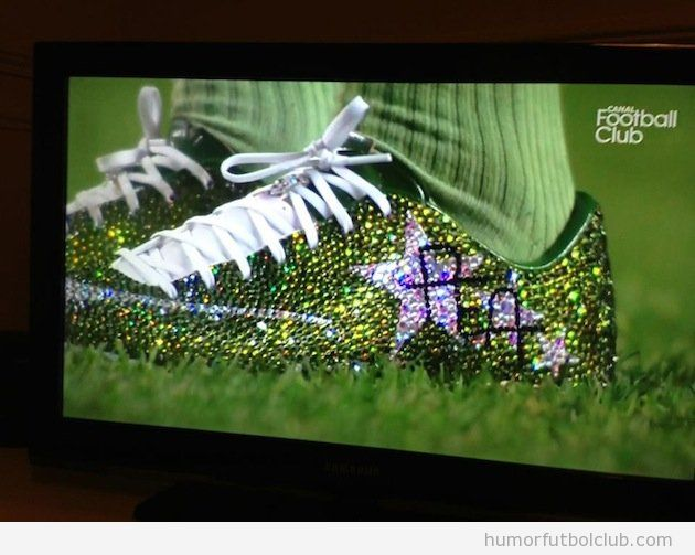 Aubameyan con botas de fútbol de cristales swarovski
