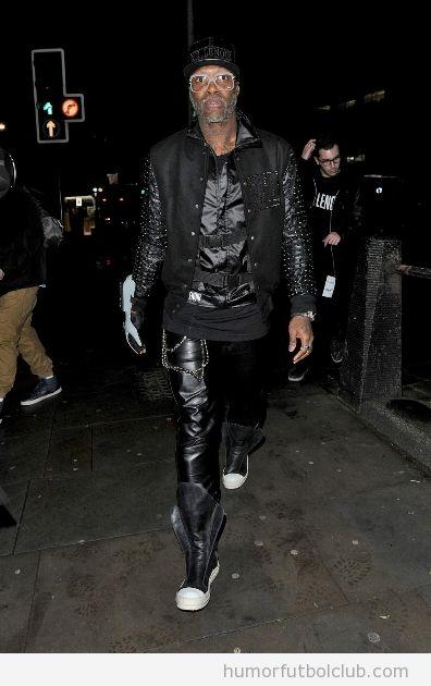 El futbolista del Queens Park Rangers Football Club, Djibril Cisse, vestido Michael Jackson