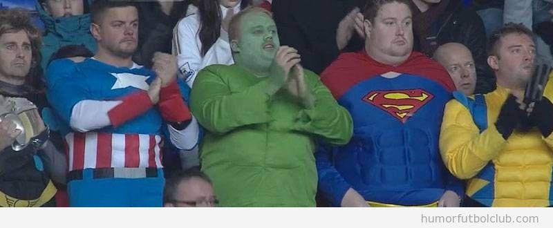 Fans del Tottenham vestidos de superhéroes en White Hart Lane