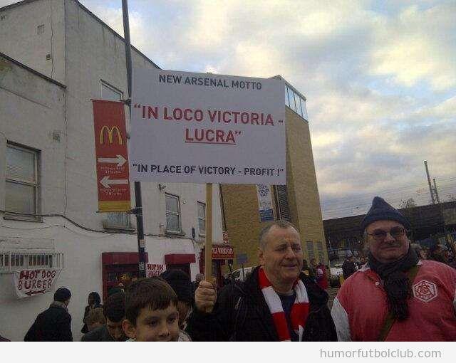 Fans del Arsenal con una pancarta en latín