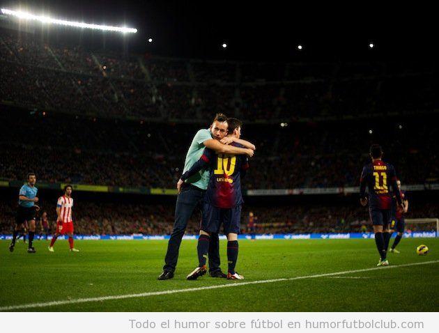 Foto en la que invasor de campo abraza a Leo Mesi