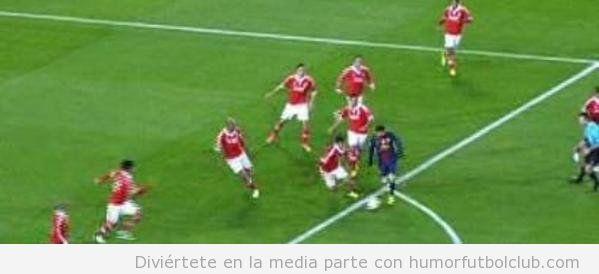 Foto de Messi solo ante siete jugadores del Benfica