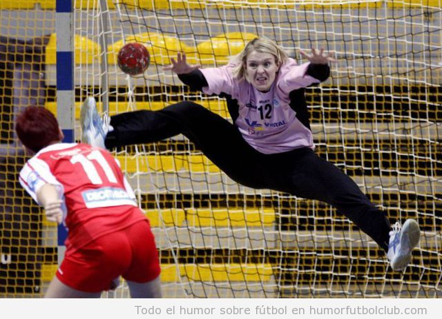 Imagen graciosa de una portera de balonmano parándose un gol