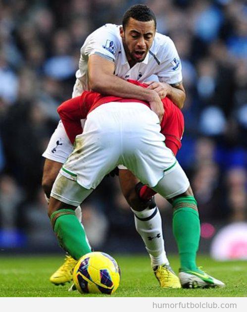 Foto graciosa de dos futbolistas, Jonathan de Guzman y Mouse Dembele, en pose comprometida
