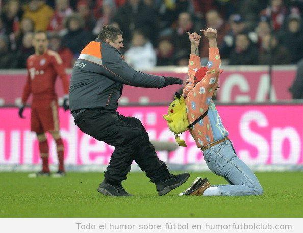 Imagen divertida de un invasor de campo en el Bayern - Dortmund con una mochila de Pikachu