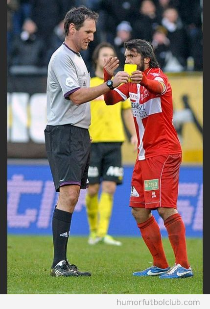 Gennaro Gattuso le quita de las manos la tarjeta amarilla al árbitro en el Young Boys vs Sion