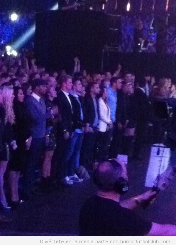 Joe Hart y Van Persie de público en el programa de televisión X Factor