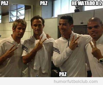 Foto de los jugadores portugueses del Madrid deseando feliz Navidad con símbolo paz