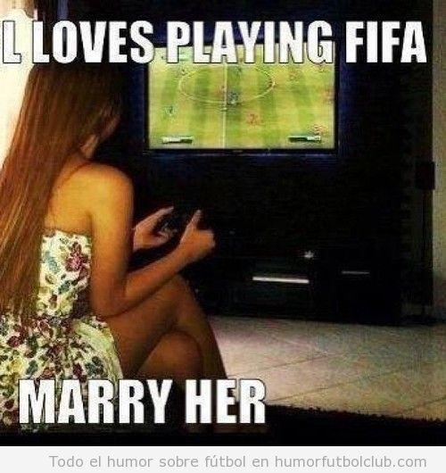 Chica de mis sueños jugando al FIFA 13