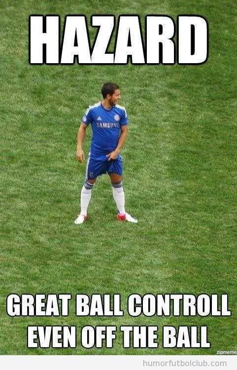 Meme gracioso de un jugador de fútbol tocándose las partes íntimas