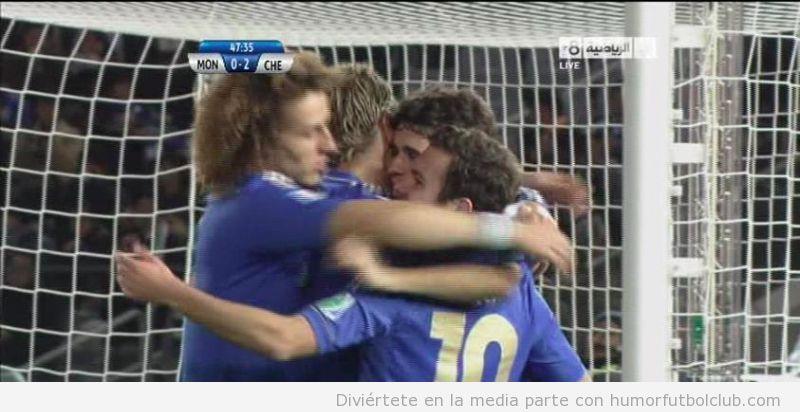 David Luiz, Oscar y Mata abrazan a Torres después de meter un gol con el Chelsea