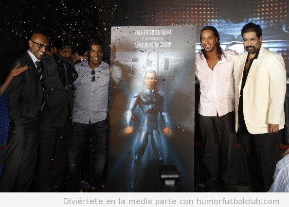Ronaldinho con el cartel de la pelicula de animación protagonizada por él