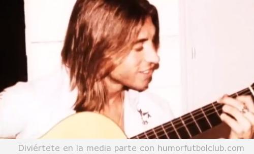 Sergio Ramos tocando la guitarra de joven